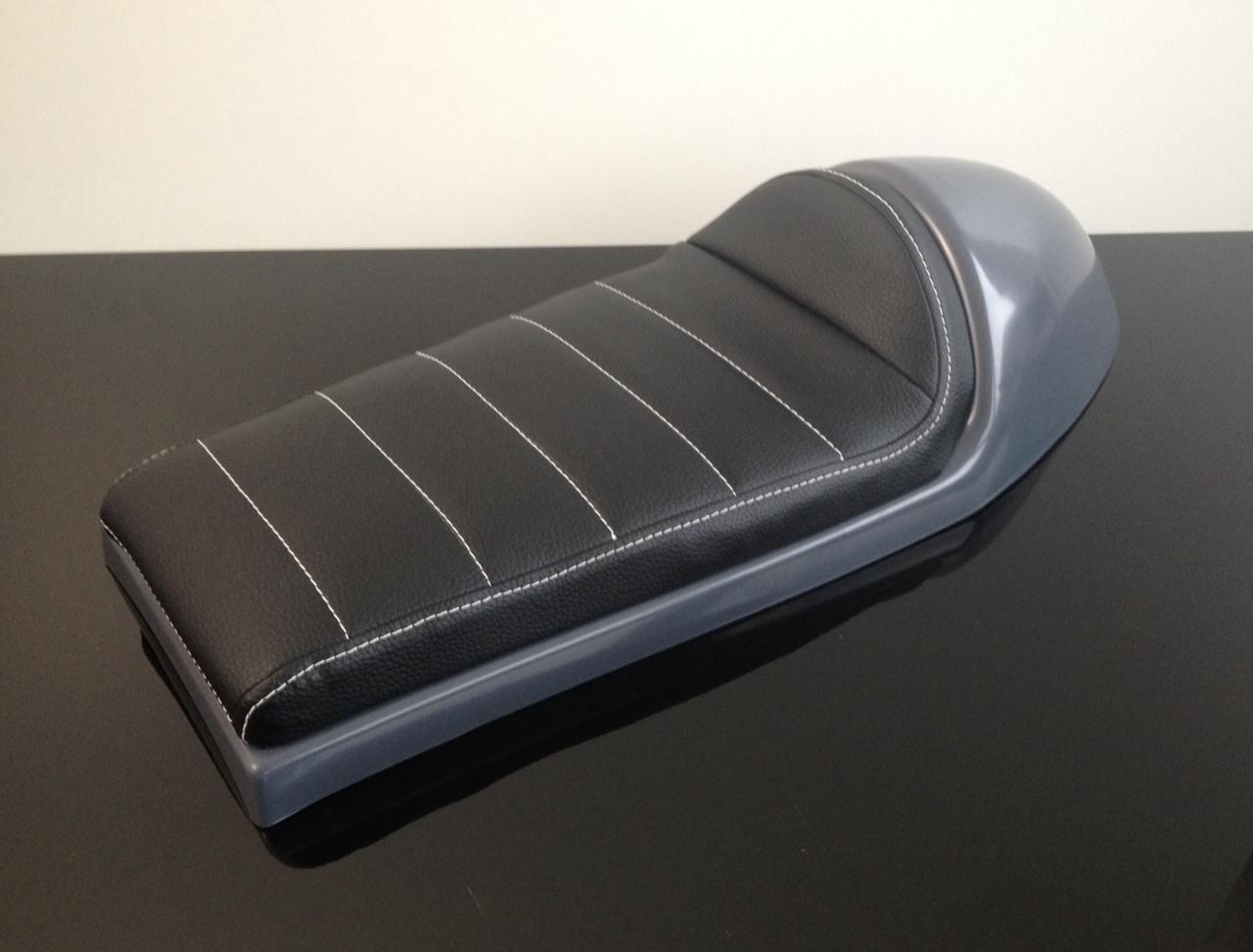 cafe racer sitzbank h ckersitzbank schwarz wei e n hte. Black Bedroom Furniture Sets. Home Design Ideas