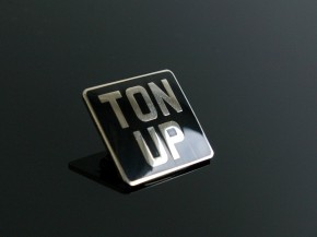 """Ton Up"" Cafe Racer Anstecker"