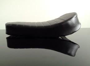 Scrambler saddle for lightweight motorcycles